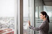 职业女性,站立,办公室,窗户