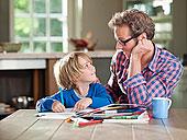 父子,家庭作业,厨房用桌