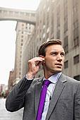商务人士,听,耳机,城市街道