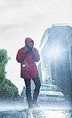 男人,雨衣,走,下雨,街道