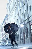 商务人士,交谈,手机,伞,下雨,街道