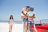 父亲,拿着,孩子,海滩,靠近,敞篷车
