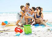 家庭,搂抱,毯子,海滩
