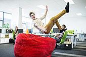 商务人士,跳跃,布袋椅,办公室