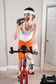 一个女人正在做器械健身运动