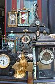 北京潘家园旧货市场内的老式钟表店
