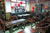 北京潘家园旧货市场内的老式家具店