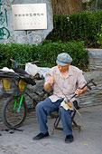 北京什刹海茶艺酒吧一条街上的卖艺人