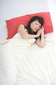 在床上睡觉的女人