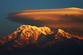 雪山旗云高山山峰-尼泊尔博卡拉pokhara日出鱼尾峰fishtail和annapurna山脉