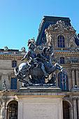法国巴黎卢浮宫拿破仑广场上的雕像