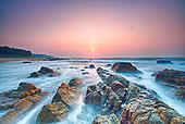 海南礁石滩日出