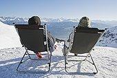 男人,女人,放松,甲板,椅子,雪中