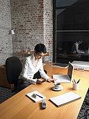 职业女性,坐,书桌,打手机,夜晚