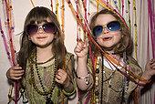 两个女孩,乐趣,聚会服装
