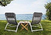 两个,折叠躺椅,书本,湖
