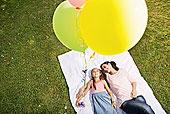 母女,躺着,毯子,拿着,气球,俯拍