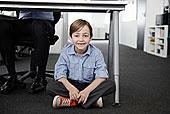 男孩,坐在地板上,商务人士,工作,书桌