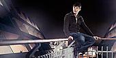 男人,坐,露台,栏杆