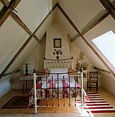 床,遮盖,红色,白色,被子,中心,阁楼,卧室
