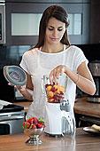 女人,放,水果,搅拌机