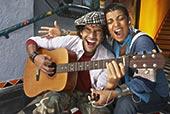 特写,男青年,唱,女青年,玩,吉他