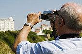 后视图,一个,男人,拍摄,家用摄像机,比亚里茨,巴斯克,比利牛斯-大西洋省,阿基坦,法国
