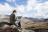 女人,坐,石头,笔记本电脑