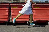 女人,跑,过去,垃圾箱