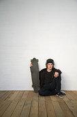 肖像,少男,坐在地板上,滑板