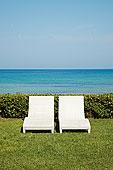 两个,空,白色,沙滩椅,草地