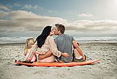 年轻家庭,坐,冲浪板,海滩,父母,吻