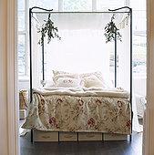 床,大窗户