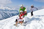 微笑,家庭,骑,雪撬,雪中,滑雪坡