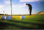 男性,打高尔夫,打球入洞