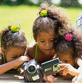 三个女孩,看,摄像机