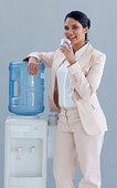 职业女性,喝,冷水机