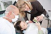 德国,巴伐利亚,兰茨贝格,母亲,展示,女孩,8-9岁,刷牙,牙医,旁侧