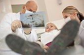 德国,巴伐利亚,兰茨贝格,牙医,展示,女孩,8-9岁,X光